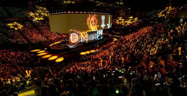 Tổ chức giải đấu eSports với đông đảo khán giả